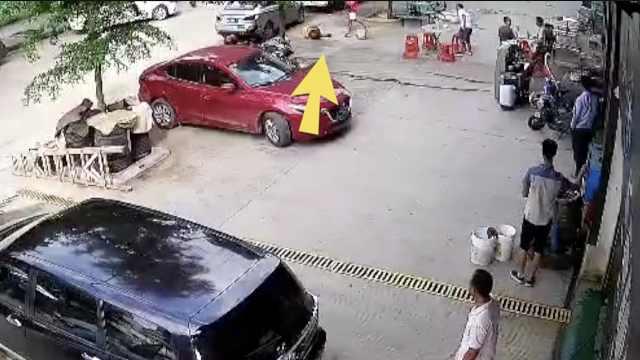 监拍:店铺老板推倒环卫工,疯狂殴打
