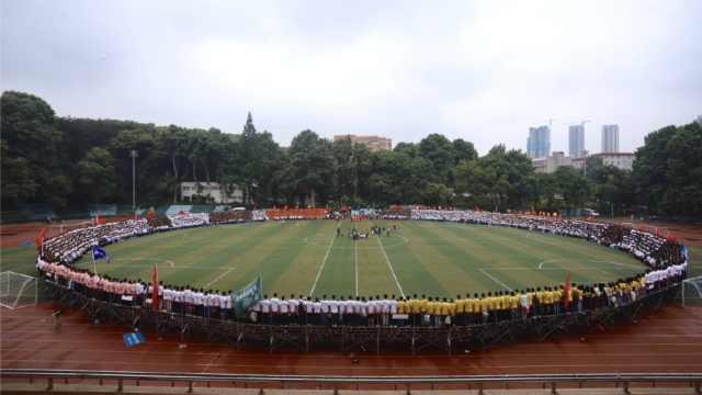 高校4500人合拍毕业照,绕操场一圈