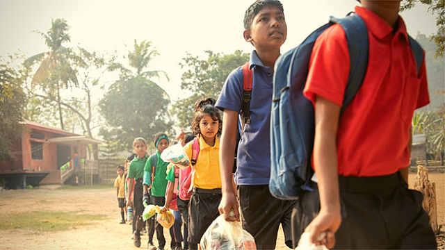 这所印度学校,小朋友拎着垃圾上学