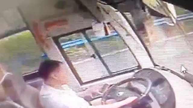 开大客车玩手机,两名驾驶员被处罚