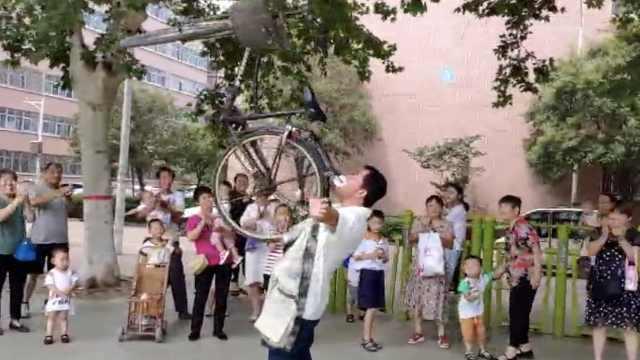 铲车司机牙齿好,嘴叼50斤自行车