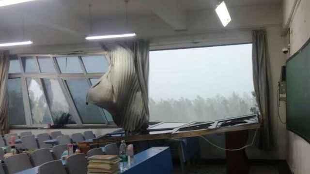 吓!大风吹倒教学楼窗户,玻璃碎一地