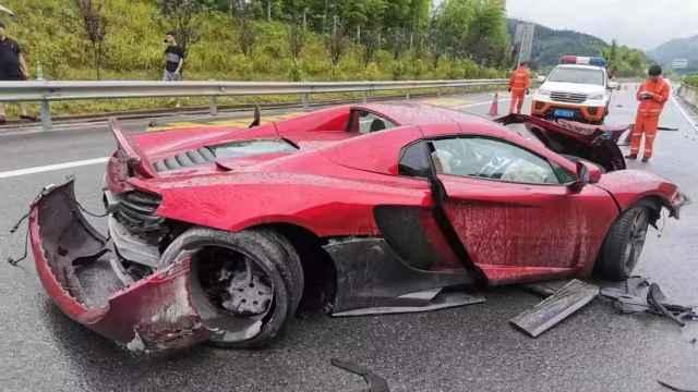 400万豪车撞上护栏!司机:车是借的