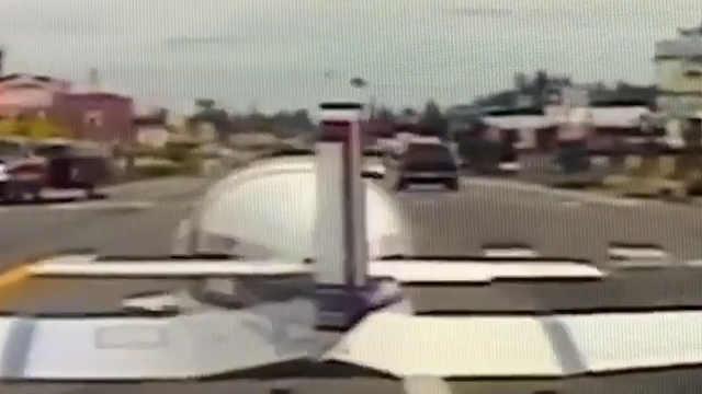 飞机突发故障,在公路上紧急降落