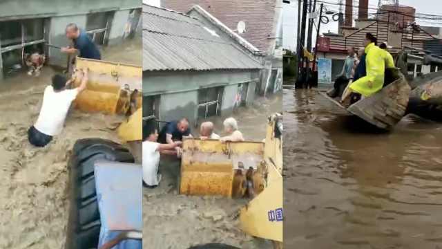 洪水淹村庄,3小伙开铲车救出200人