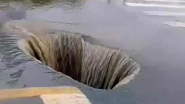 厦门一路面坍塌,斑马线旁出现大洞