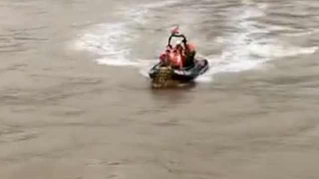 运输船为救渔船触礁沉没,2人遇难