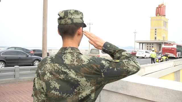 守护长江大桥的武警官兵退役:不舍