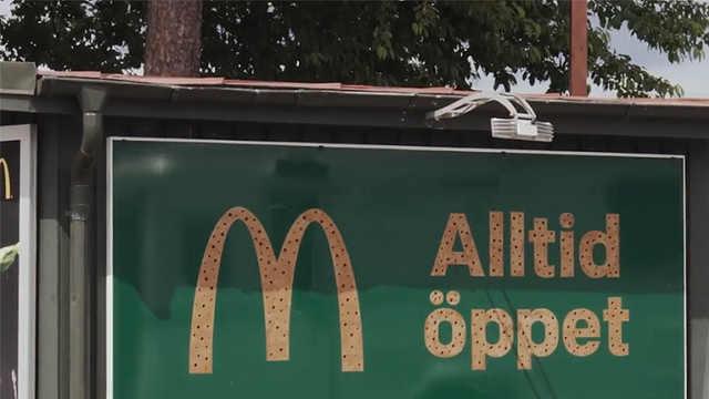"""瑞典麦当劳广告牌变身""""蜜蜂旅店"""""""