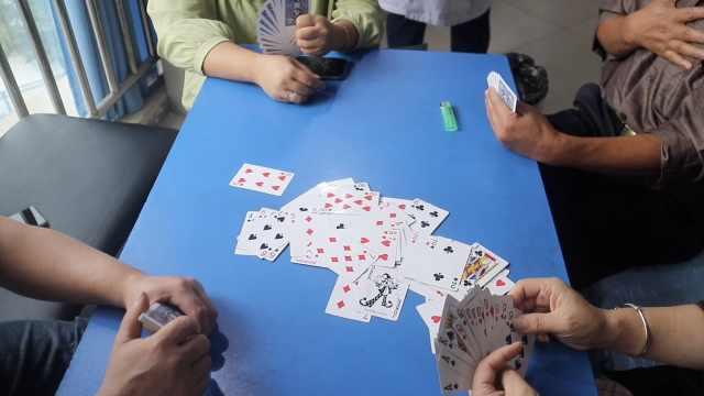 精神科患者组团打牌,医生:新疗法