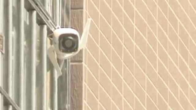 女子投诉邻居窗外装监控:正对着拍
