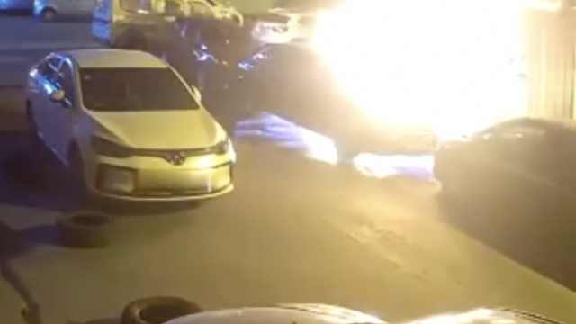 男子一个动作灭蟑螂,瞬间烧毁3辆车