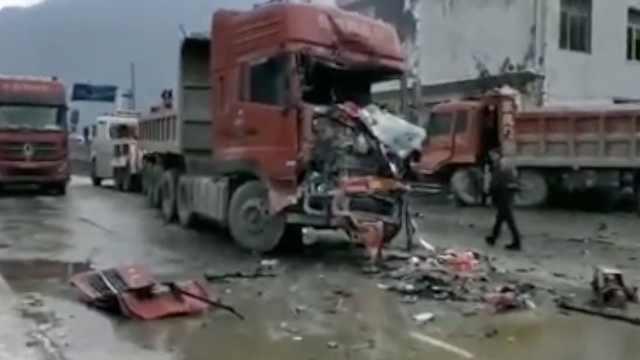 北川4辆货车相撞,车头直接冲进房屋