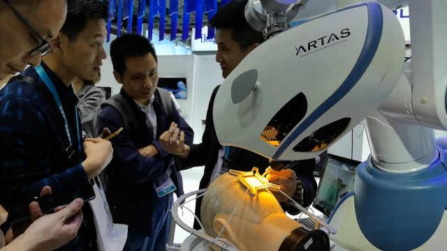 进博会上植发机器人现场做手术