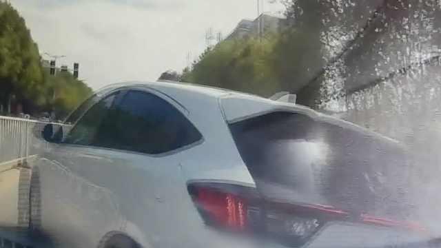 司机加塞被阻超车挑衅,结果被撞飞