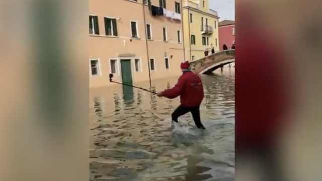 游客与被淹威尼斯自拍,不料踩空