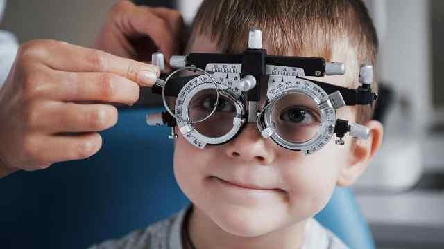 FDA批准首款减缓儿童近视隐形眼镜