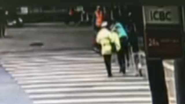辅警背老人过马路,路口车集体让行
