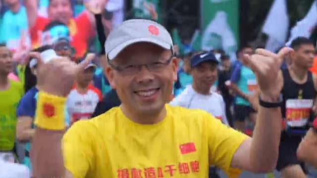靳毅:边跑马拉松边普法