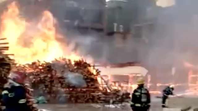 广东一木材厂突发大火,现场有油罐