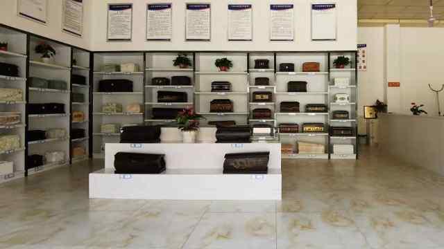 探访宁乡殡仪馆:展出多型号骨灰盒