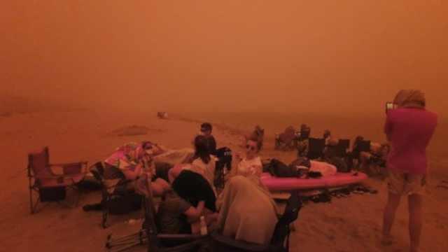澳洲山火蔓延,澳居民逃到海边跨年