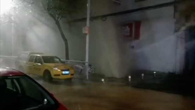 街头热力管道爆裂,水柱冲天如下雨