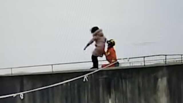 女子26楼天台欲轻生,消防飞扑救人