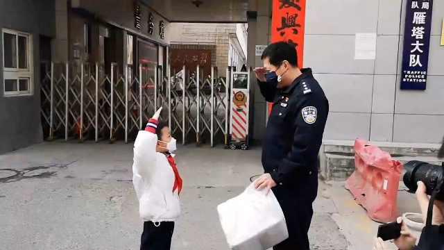 小学生用压岁钱买护目镜送交警