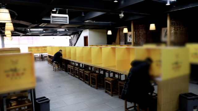 最孤独用餐!西安一面馆设格子吃面,坐下见不到人