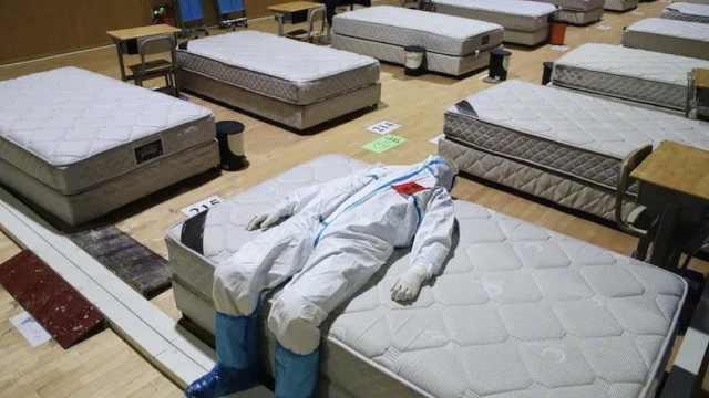 如释重负!方舱休舱后医生躺病床睡着:从最初无序到依依惜别