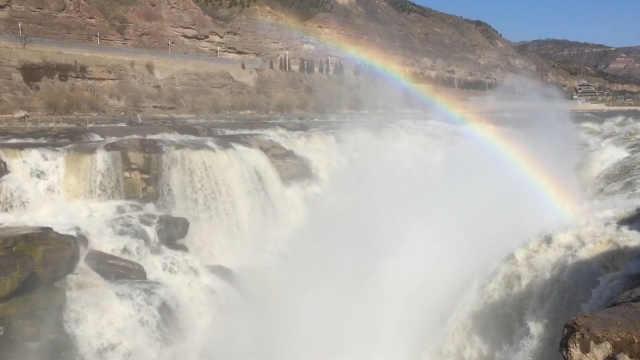 壶口瀑布恢复开放实名制入园,游客保持1米5拍照