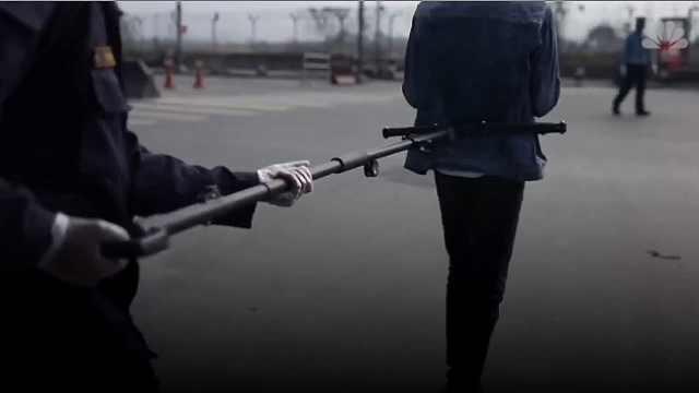 尼泊尔警察用特殊设备押送嫌犯,以保持与嫌犯距离