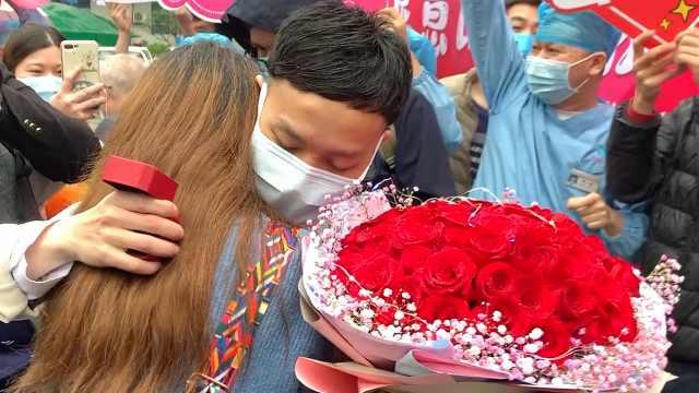 """""""1亿人见证""""!援鄂护士解除隔离当天求婚,女友全程泪目"""