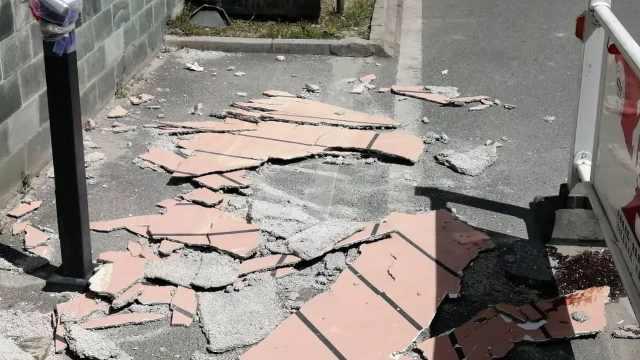 """惊魂!11层居民楼掉下一面""""墙"""",6旬大爷被砸当场昏迷"""