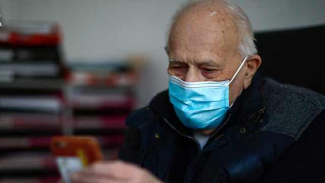 98岁法国医生坚守抗疫一线:坚持线上问诊,每周探访养老院