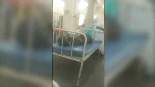 画面曝光:印度医院新冠患者和死者共处一室,遗体放在病床上