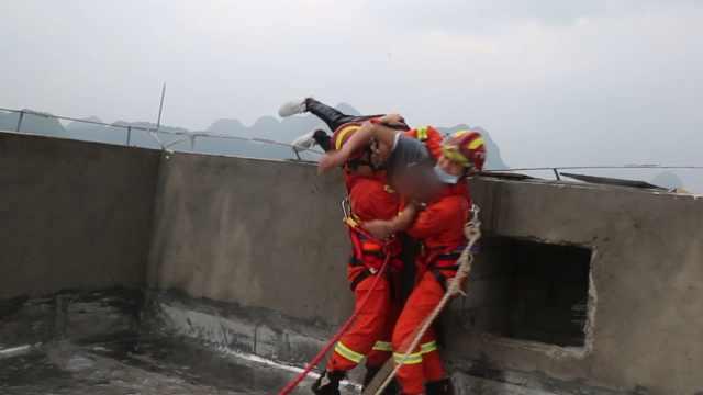 男子要跳楼被消防一把拉回:老婆不要我了