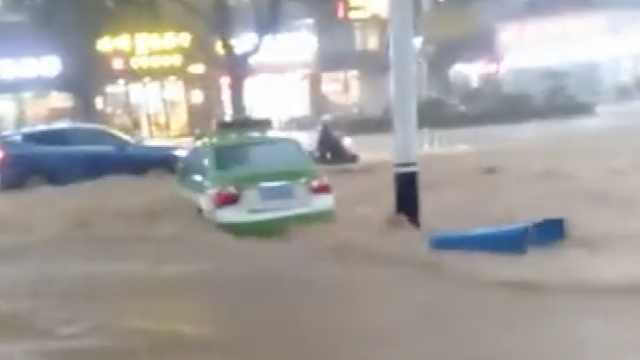 广西梧州暴雨后水淹街道,车辆被困动弹不得
