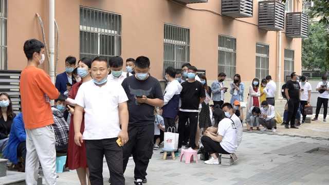 520民政局爆满,情侣5点起床排队领证:比闹钟还早醒