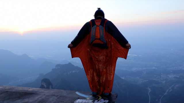 实拍亚洲第一飞人张家界训练:叠伞千次仍谨慎,时刻注意风险