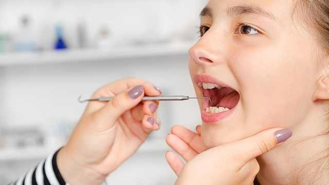 """是什么让我们的牙齿变成虫牙,进而引起""""要人命""""的疼痛呢?"""