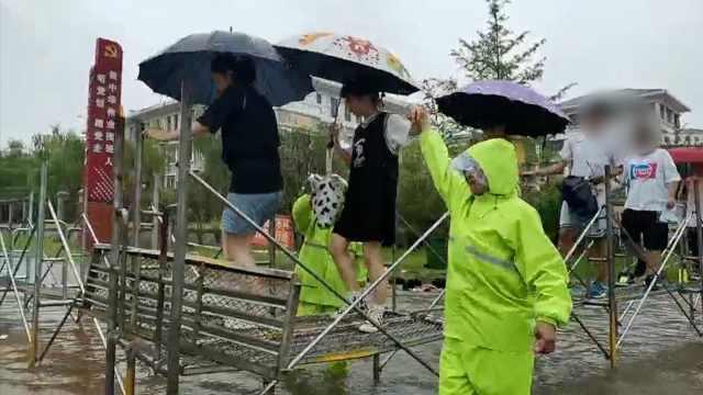 救援队水中泡6小时搭两百米铁架桥,为高考生护航