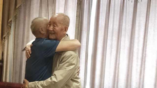 两抗美援朝老兵跨越69年相聚:再见已是耄耋之年