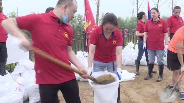 真乘风破浪的姐姐!女志愿者们冲在抗洪一线装运沙袋