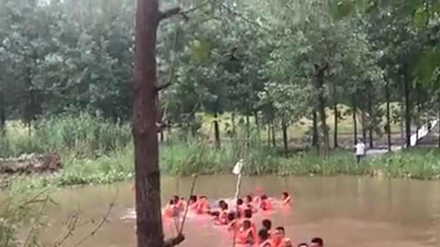 直击抗洪!2.6倍降雨汛情紧急,武警官兵奋战堤坝守卫望江