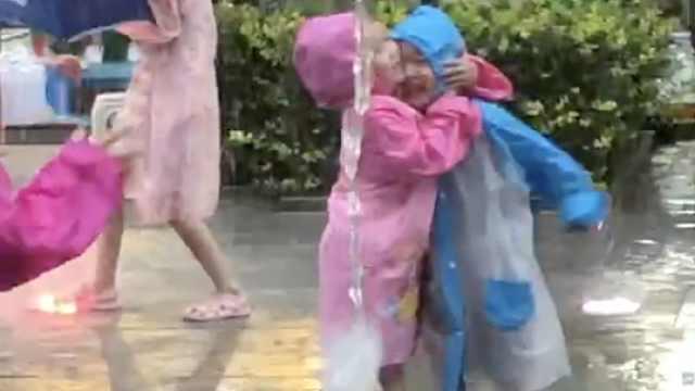 """可爱!3岁弟弟玩喷泉被撞倒,4岁姐姐""""怒吼""""后抱住弟弟安慰"""