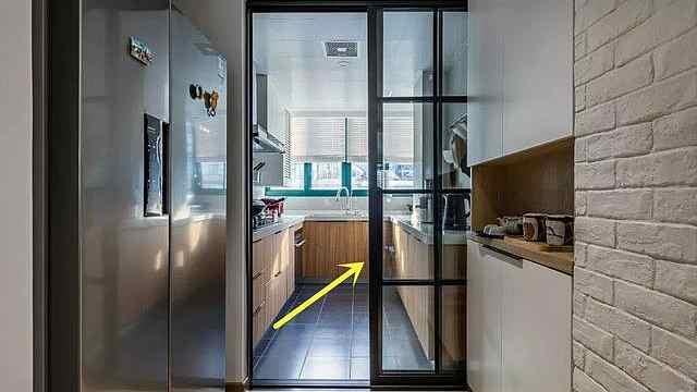 厨房做门别再用老套路了,这种入墙式推拉门更轻便还不占地!