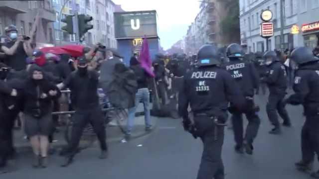 柏林2万人反口罩游行爆大规模冲突,抗议者称戴口罩就是奴隶