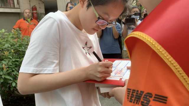 女孩收到陕西第一封高考录取通知书,妈妈激动哽咽
